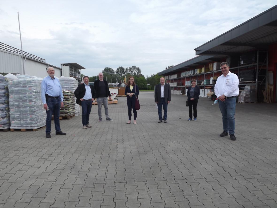 CDU-Bundestagskandidatin Anne Janssen (Mitte) besuchte mit einer Delegation den Baustoffhandel Bargen in Jever.